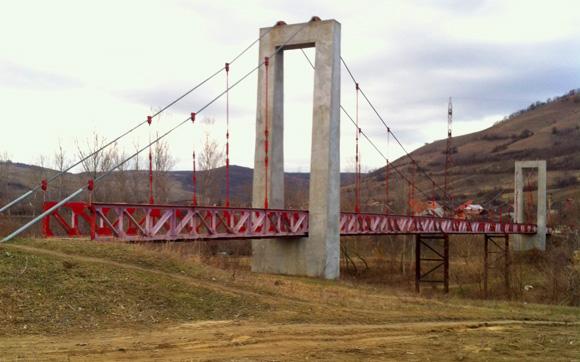 Constructii pasarele suspendate pe cabluri <br /><br />Foto: Pasarela Pietonala peste Raul Tarnava Mare - Micasasa, judetul Sibiu <br /><br /> Lungime=100 ML 2006-2008